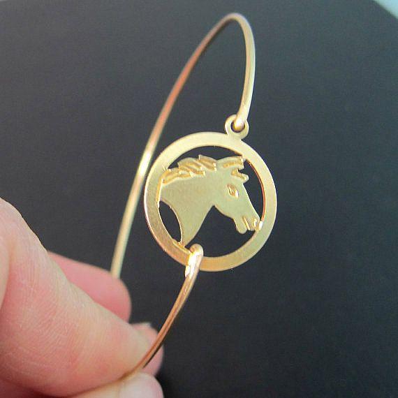 Bracelet cheval - charme de Bracelet de pays - Country Western bijoux - A or ton cheval a été transformé en un bracelet jonc à cheval avec une bande de laiton de couleur or pour vous porter.    Ces bijoux de cheval est le complément parfait pour une journée de randonnée.    Je peux aussi faire ce bijoux de cheval avec une bande de bracelet rempli en or 14 k pour 10 $ plus. Si vous souhaitez que votre bracelet or cheval cette option, sélectionnez une des options lors de la commande.    Cette…
