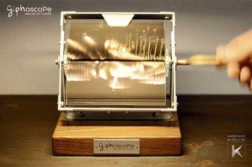Оригинал взят у museum_cdm в Фенакистископ — старинная оптическая игрушка В конце 1832 года бельгийский физик Жозеф Плато придумал чудо-штуку — фенакистископ (греч. φεναξ — «обманщик» и σκοπέω —…
