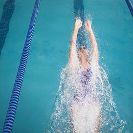Nuoto sì ma con le pinne Con gli attrezzi ad hoc, il nuoto brucia grassi e cuscinettiGià il nuoto di suo è uno sport che permette di bruciare molte calorie, circa 300 in mezz