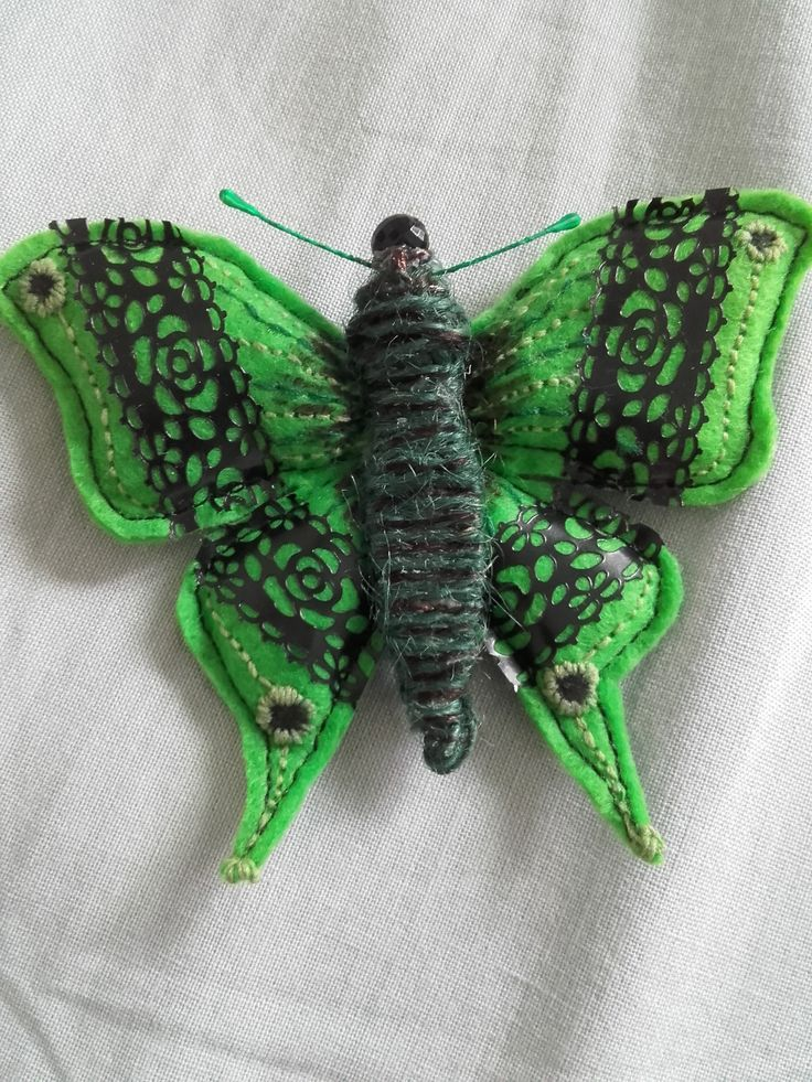 Motýl z filcu, zdobený plastovou krajkou a vyšíváním