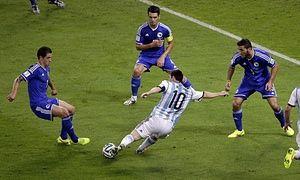 Este es el equipo nacional de fútbol de Argentina jugando en un partido de fútbol.  Estos jugadores es muy competitivo mientras jugaron en el partido.  El partido es divertido.