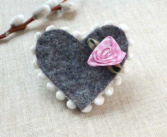 Herzanstecker mit Rose, perfekt zur Hochzeit // Trachtenbrosche aus Wollfilz #etsyresolutionDE