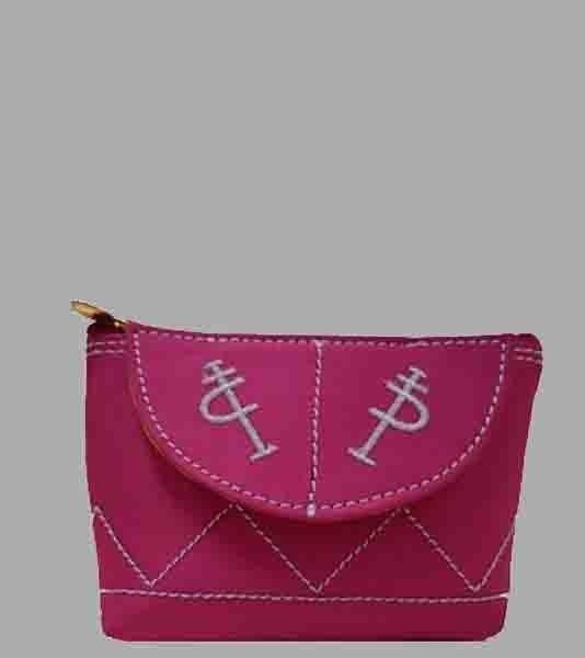 Monedero taurinocon esclavina, en seda, y con cierre de cremallera. Tiene un tamaño ideal para llevar en el bolso. Diseño sobrio y elegante, disponible en color rojo, azul o fucsia con bordados.Hecho en España.  Medidas: 13 cm x 9 cm x 3 cm