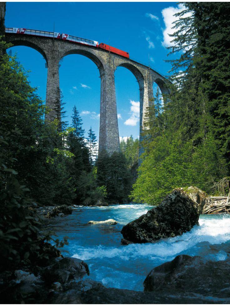 Der Schweizer Glacier Express verspricht eine Reise der Extraklasse. Durchqueren Sie malerische Landschaften und imposante Brücken auf einer Fahrt von St. Moritz nach Zermatt!