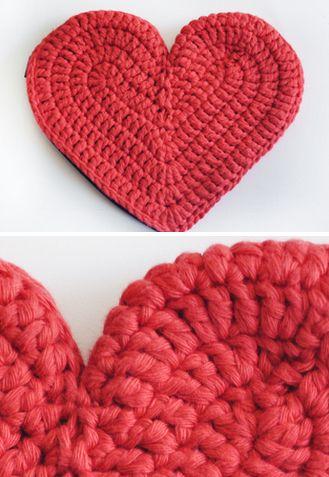Monedero con cierre, tejido a crochet en hilo de aldogón, con forma de corazón.  15 x 15 cm. aprox.  100% hecho a mano. $99