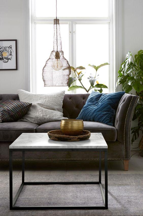 """Soffbord/sidebord med skiva av marmor och stomme av metall. Stl 75x75 cm. Höjd 48 cm. Då marmor är ett naturmaterial är det normalt att små avvikelser i storlek, färg och struktur förekommer. Vikt 46 kg. Läs om fraktavgiften under fliken """"Leverans"""". Underhåll av marmor För att ge stenen sitt grundskydd rekommenderas marmorpolish som du hittar i välsorterade färgbutiker. Stryk på ett tunt lager. Låt torka i några minuter. Polera upp till glans med en torr trasa. Detta bör upprepas 1 gång ..."""