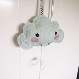 Het muzikale wolkje is met een ophang lus overal makkelijk op te hangen, bijvoorbeeld aan de wieg, ledikant of box. Het rustgevende muziekje zorgt ervoor dat jouw kleine naar dromenland vertrekt.