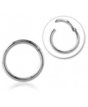 Segmentring Clicker aus Titan Grad 23. Der Ring lässt sich durch das Aufklappen des Segmentstücks ganz einfach öffnen. Je nach Ringdicke eignet sich dieser Segmentring als Lippenpiercing, Nasenpiercing, Augenbrauenpiercing, Intimpiercing oder Helix Ring.