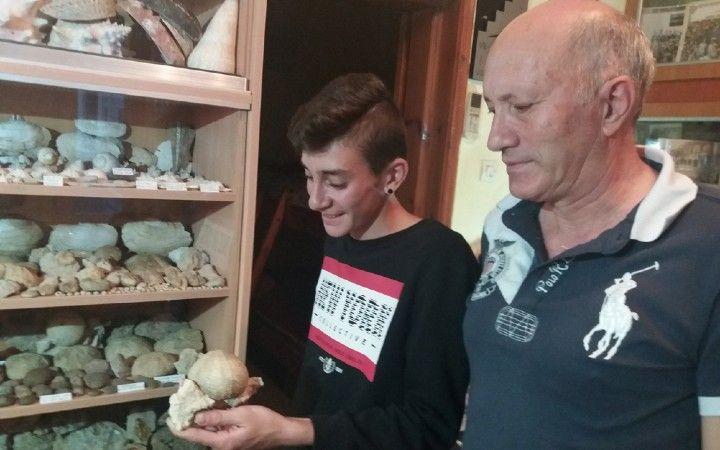 Το Μακεδονικό: Ο 18χρονος που ανακαλύπτει στη Ρόδο, απολιθώματα ε...