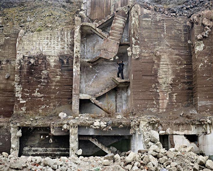 La Romania che non si vede - Raccoglitore di rottami di metallo (vicino a Hunedoara, Romania occidentale), 2011 © Tamas Dezso, Notes for an Epilogue