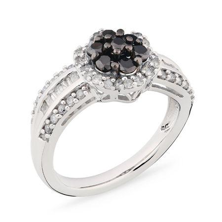 Flor de Estrelas!A flor mais valiosa pode ser sua. Decorada com o glamour dos diamantes negros, é uma ótima sugestão para presente. Impossível errar!* Em pedras, o anel possui diamantes negros e brancos que somam cerca de 1 quilate.* A peça é estruturada em prata 925, a mais tradicional e mais durável da joalheria.* A joia leva banho de ródio, o mesmo tratamento dado às joias de ouro branco.