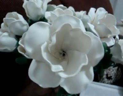 Una excelente salida laboral es elaborar en casa flores, en este caso con la técnica de foami o goma eva. La técnica es muy sencilla:Se debe moldear cada pétalo con el foami en caliente y luego armar cada flor.