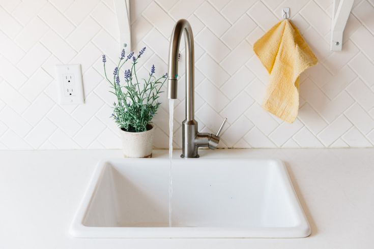 We Re Transfixed By This Kitchen Sink Drain That Makes
