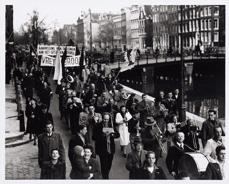 oktoberrevolutie - was feitelijk geen revolutie. het was een tijd waarin een klein groepje (bolsjewieken) een staats een greep deden