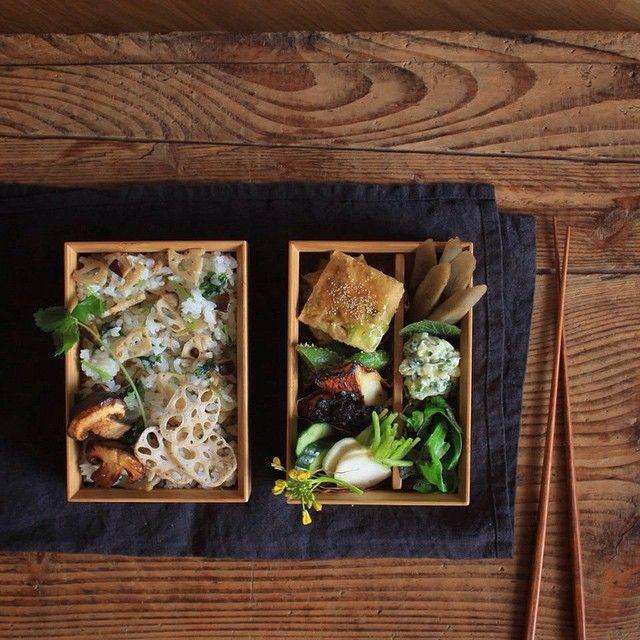・ ・ It is comfortable morning of the May sunshine Today's bento. Mixed rice with lotus root and shiitake. 'Shiitake'is a kind of Japanese mushroom. Tofu hamburger with broad beans. Sea bream marinated in miso and grilled. Simmered burdocks. And so on. ・ ・ 鯛の味噌漬けをお弁当用に骨をとったら、あら小さい…。 ヘンテコなバランスの今日のお弁当です。 ・ 父が無農薬野菜を作っているので、大量にある空豆。 シンプルな食べ方は一通り楽しんだので、今日は擬製豆腐に。 これから、父から納品される大量の野菜を消費する季節が始まります ・ ・ 5/27 夫弁当 れんこんとしいたけ、三つ葉の混ぜご飯 空豆の擬製豆腐 鯛の味噌漬け スナップえんどうのゴマ和え きゅうりと小蕪の浅漬け ごぼうの煮物 新ジャガ春菊のポテトサラダ…