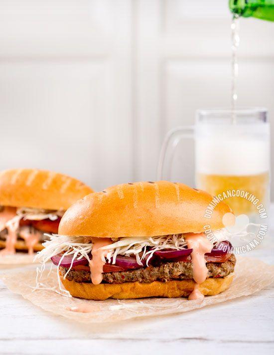 Chimichurri | Hamburguesa Dominicana - Receta: La versión dominicana de la hamburguesa. Casi nunca se prepara en casa sino que se compra en puestos de chimis.