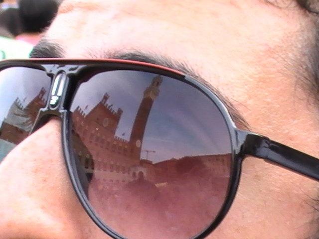 Foto fatta nel Palio a Siena (2009). Stavo con i miei amici nella Piazza del Campo aspettando il inizio della gara con moltissime persone . È stato un momento appassionante perché nonostante avere tantissima gente aveva un silenzio sepolclare. Quatro ore d´aspetto, tre minuti di gara. Un giorno indimenticabile!