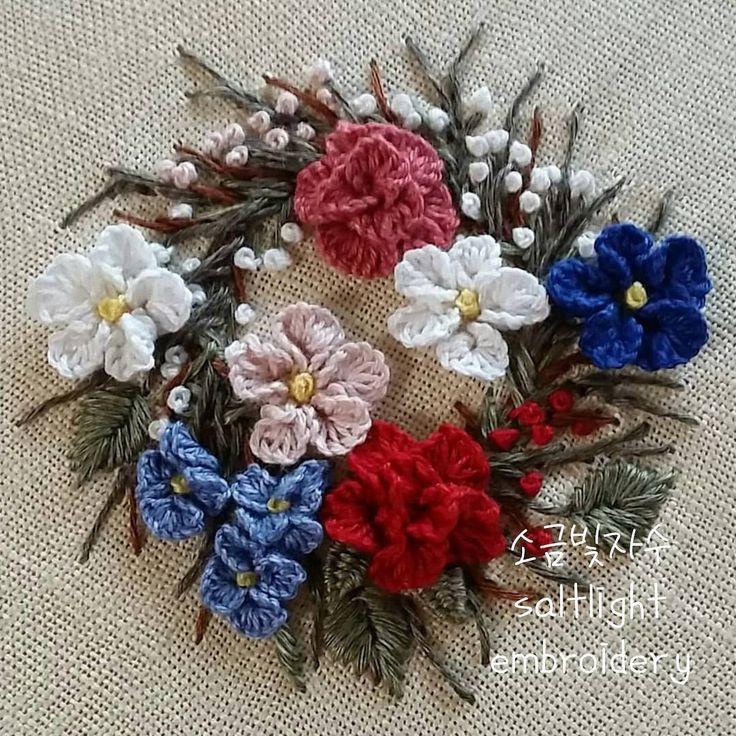 리넨실로 수놓은 리스 wreath #소금빛자수 #꽃자수리스 #모사자수실 #리넨자수실 #손끝에서피는꽃과자수 #입체자수꽃나무열매 #embroidery #서양자수 #입체자수 #stumpwork #wreath