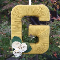 This personalized yarn letter wreath makes the perfect holiday gift!
