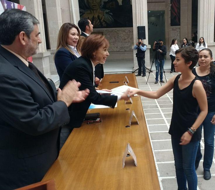Soy México, soy migrante entrega actas de doble nacionalidad en Palacio de gobierno   El Puntero