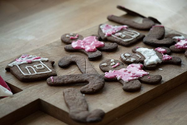 Lækre julesmåkager som dufter og smager af jul - kryddersmåkager er nemme at bage og hyggelige at stikke ud og pynte med glasur