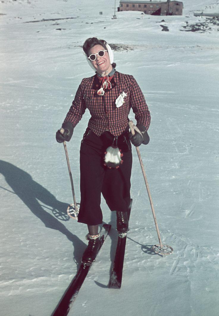 Skidåkerska i svenska fjällen 1941. Foto: Gunnar Lundh, Nordiska museet.