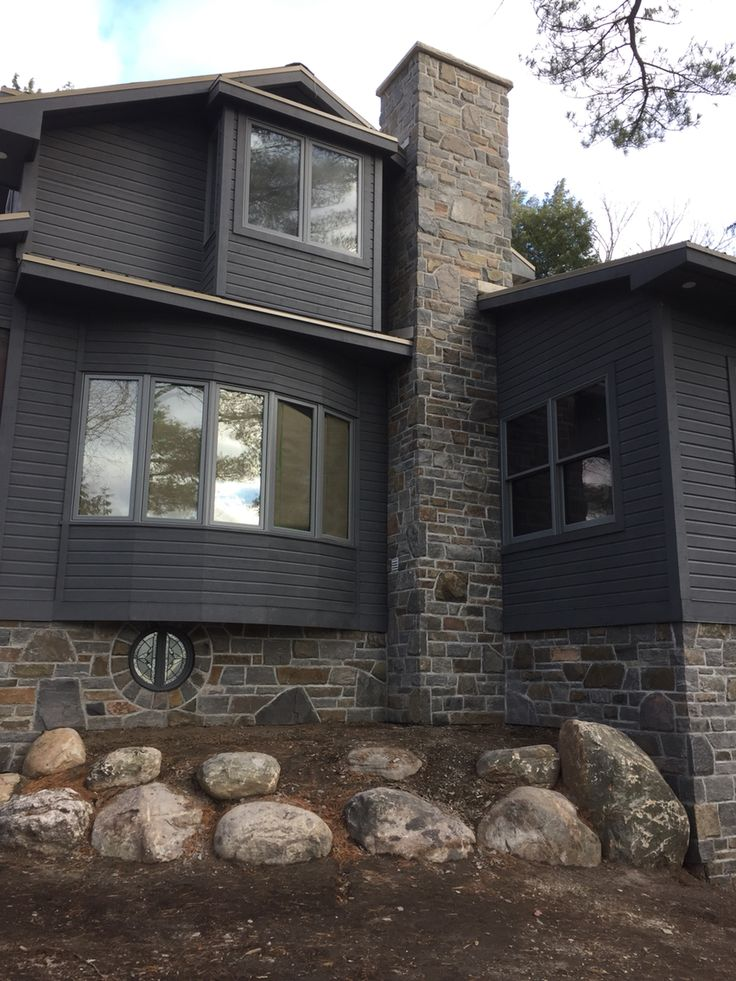 A spiltface, ledgerock and Ashlar mix with a rough joint.  By: Saunders Stone Design