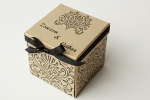 rany kartonra nyomott fekete barokk mindával díszített dobozos esküvői meghívó fekete 7 mm szatén szalaggal masnira kötve.