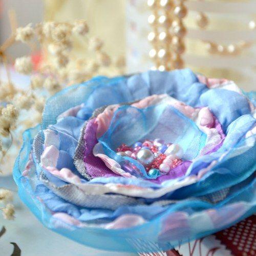 Máte ráda módní doplňky? Pak brož Sněhová romantika je určena právě Vám. Originální brož je vyrobena z organzy a polyesteru. Střed je vyšitý  korálky. Dozdobte si kabelku, sako či kabát.