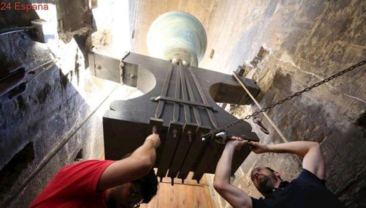 Los campaneros del Miguelete recuperan la tradición de apretar los tornillos en el día de San Lorenzo