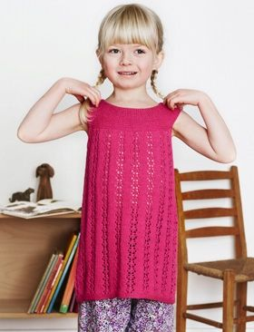 Den supersøde tunika med rundt bærestykke og hulmønster kan også bruges som kjole med strømpebukser og T-shirt under
