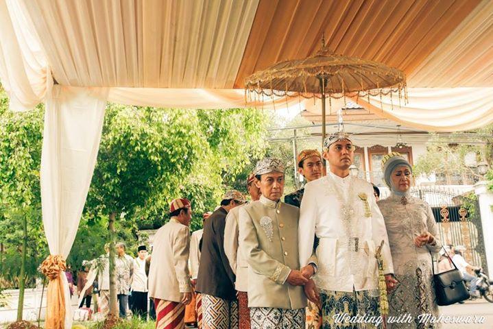 Payung dalam prosesi pernikahan adat Sunda Jawa Barat, digunakan untuk memayungi pengantin pria saat hendak bertemu pengantin perempuannya. Kemudian digunakan lagi dalam perarakan menuju pelaminan.