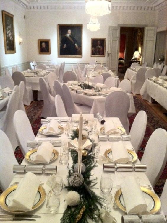 Fint med vita bord och stolar!