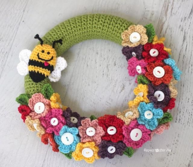 Button flowers and a cute little bee adorn this crochet wreath - Repeat Crafter Me