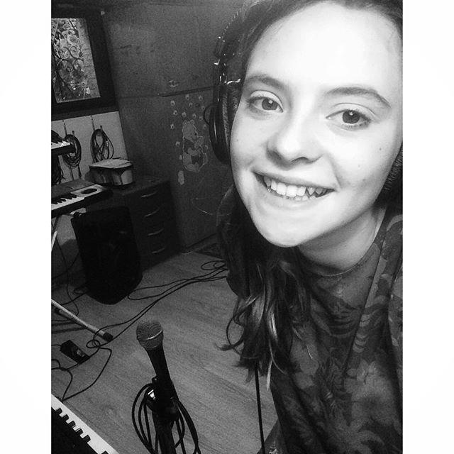 """#FrancescaMichielin Francesca Michielin: Ciao amici! Non vedo l'ora di farvi ascoltare cosa abbiamo preparato per voi intanto vi auguro una buonissima serata con """"Third Eye"""" di Florence and The Machine, che è il nostro 4^ indizio! http://youtu.be/IaoDRilRkk8"""