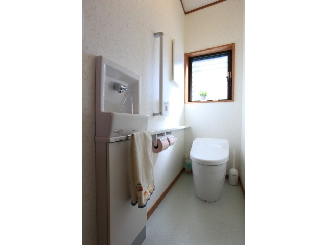 reform of reocc トイレは奥様の希望をふんだんに取り入れ、とっても快適に。  こだわったのは光がたくさん入る明るい窓と、使いやすい位置の収納棚。  トイレットペーパーなどの収納スペースは使いやすい位置がいいけど、目立たせたくないので、扉に取っ手のないものを選びました。