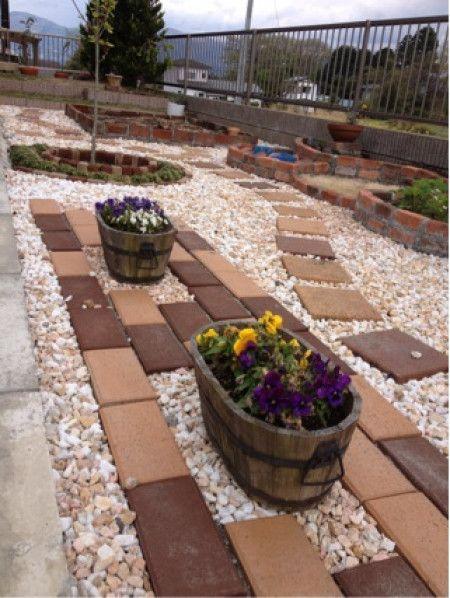 レンガを使っておしゃれ度アップ♪簡単DIYで作る素敵ガーデニング14 ... レンガと砂利を使えば、お金をかけずに素敵なお庭造りができちゃいます!お庭のデザインを決めたら、砂利とレンガをバランスよく配置し、鉢植えなどでグリーンやお花を ...