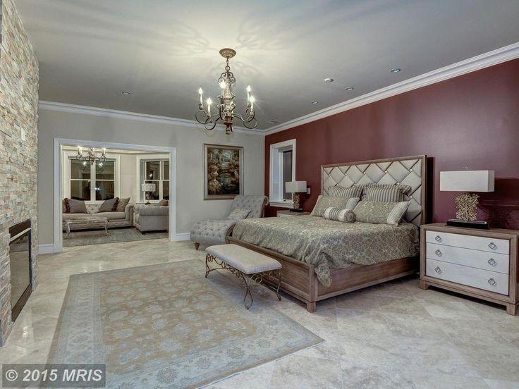 Die leuchtenden Farben der Mittelwand dieser Master-Schlafzimmer schaffen eine dominierende Präsenz und ein zentraler Punkt.