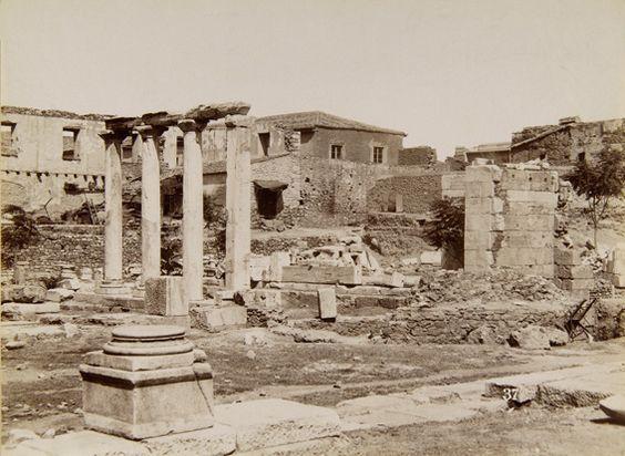 Το εσωτερικό της Βιβλιοθήκης του Αδριανού, περίπου 1885. © Νεοελληνική Ιστορική Συλλογή Κωνσταντίνου Τρίπου – Φωτογραφικό Αρχείο Μουσείου Μπενάκη