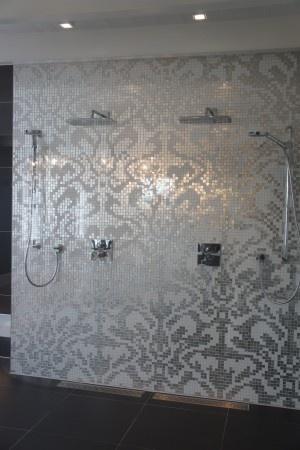 mooie mozaiek wand in douche