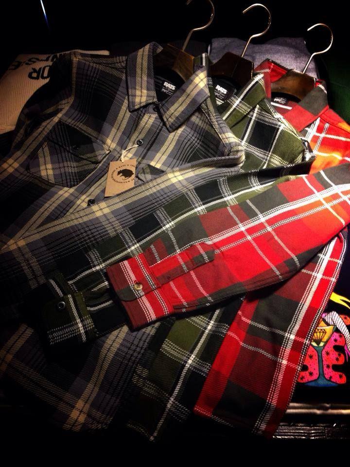 Today's pick up RATS COTTON FLANNEL PLAID SHIRTS 通称ヘビーフランネルシャツと呼ばれるこれら。 厚みのある生地、この厚みからは想像もできない柔らかい素材感、こだわり抜いたオリジナルファブリックだからこそ。 当店STAFFも2色買いしたほど。是非生地に触れ、一度袖を通して頂きたいです。 今期は同生地のBLACK SOLIDも入荷します。お楽しみに! http://f420.jp/