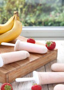 Muz, çilek, süt ve vanilya tohumlarını mikserledikten sonra bir gece buzlukta bekletin, ertesi gün dondurmanın yerini tutan şekersiz bir atıştırmalığınız olsun!