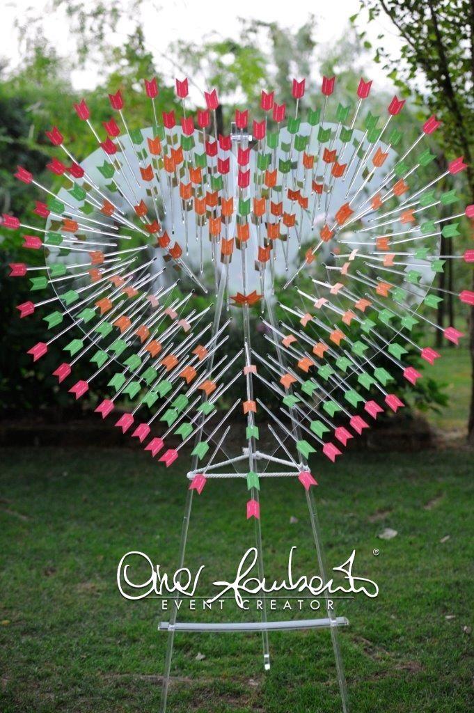 Colpiti al cuore dal tableau de mariage trafitto da frecce colorate