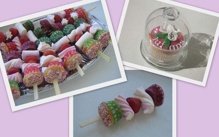 mini cupcakes, spekjes en fruit op een stokje