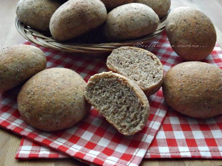 I panini integrali ai semi di papavero, sono morbidi e rustici, perfetti per ripieni di verdure, salumi, formaggi, ma ottimi anche con marmellata.