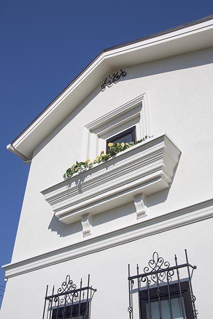 アイアンの窓格子と陰影が美しいモールディングのフラワーボックス。|モールディング|