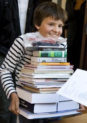 Een brugklasser haalt zijn schoolboeken voor het nieuwe schooljaar op.