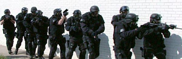 Aux Etats-Unis, un joueur de Call of Duty a eu la désagréable surprise de voir débarquer chez lui une équipe du SWAT, prête à intervenir contre le tueur fou qu'elle croyait trouver. Elle avait été alertée par un autre joueur, qui avait hacké les informations personnelles de son adversaire. Ca n'est pas la première affaire du genre aux Etats-Unis, et elles ont toute pour point commun la Xbox 360. [...]