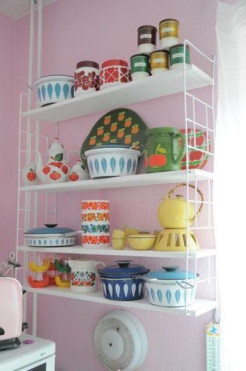 壁に取り付けたワイヤーラックにカラフルな調理器具の数々。キッチンが明るくなります。 ファイヤーキングのマグカップなども似合いそうです。