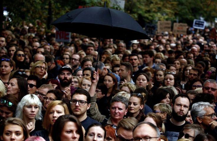 Тысячи людей вышли на улицы польских городов в знак протеста против законопроекта о запрете прерывания беременности, который находится на рассмотрении в парламенте страны, сообщает 316news.org со ссылкой на blagovest-info.ru. Демонстрации проходят в Варшаве, Гданьске и других крупных городах